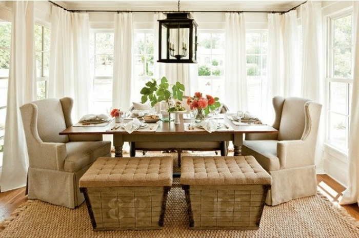amenagement-veranda-en-salle-à-manger-mignonne-deux-tabourets-et-fauteuils-vintage