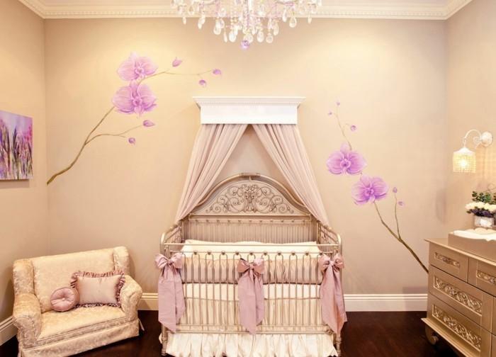 deco-chambre-bebe-fille-couleur-crème-à-motifs-floraux-joli-lit-bébé-style-vintage-ciel-de-lit-canapé-vintage-commode-bébé-vintage