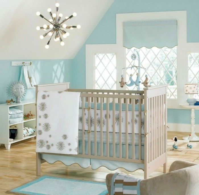 deco-chambre-bebe-garcon-en-blanc-et-bleu-lit-à-barreaux-en-bois-ambiance-propice-au-sommeil