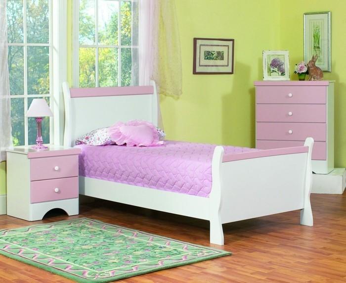 deco-chambre-fille-jaune-avec-des-accents-rose-tapis-vert-à-motifs-floraux