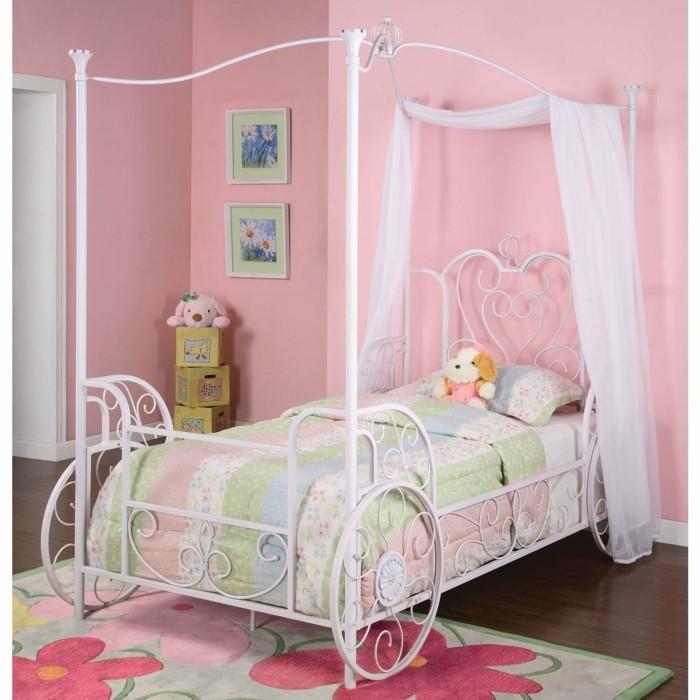 deco-chambre-fille-rose-idee-originale-lit-citrouille-calèche-pour-votre-petite-princesse-magnifique-tapis-à-fleurs