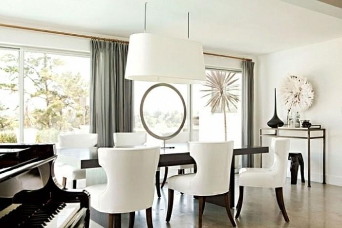 deco-salle-a-manger-blanche-sophistiquée-chaises-blanches-table-en-bois-piano