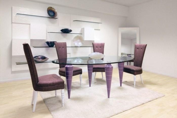 deco-salle-a-manger-blanche-table-en-verre-chaises-mauve-design-épuré