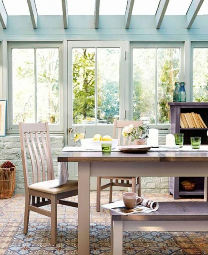 deco-veranda-aménagée-en-salle-à-manger-banche-table-massive-et-deux-chaises-idée-carrelage-veranda-en-mosaique