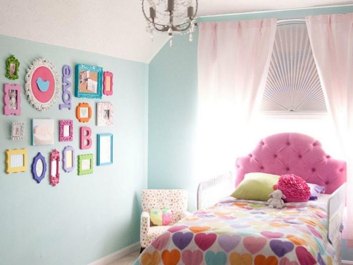 2idee-deco-chambre-fille-peinture-chambre-enfant-bleue-jolie-déco-murale-glamour-des-accents-rose-jolie-couverture-aux-motifs-de-coeurs-multicolores
