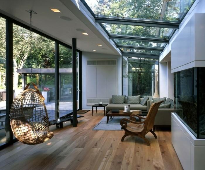 idee-veranda-moderne-en-noir-et-blanc-toit-veranda-en-verre-une-jolie-balançoire-en-rotin-un-canapé-confortable