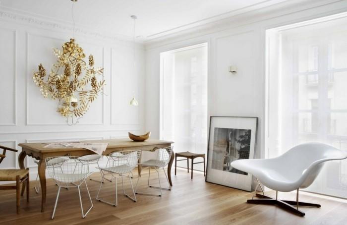 peinture-salle-à-manger-blanche-chaises-blanches-table-en-bois-élément-décoratif-intéressant-accroché-sur-l-un-des-murs
