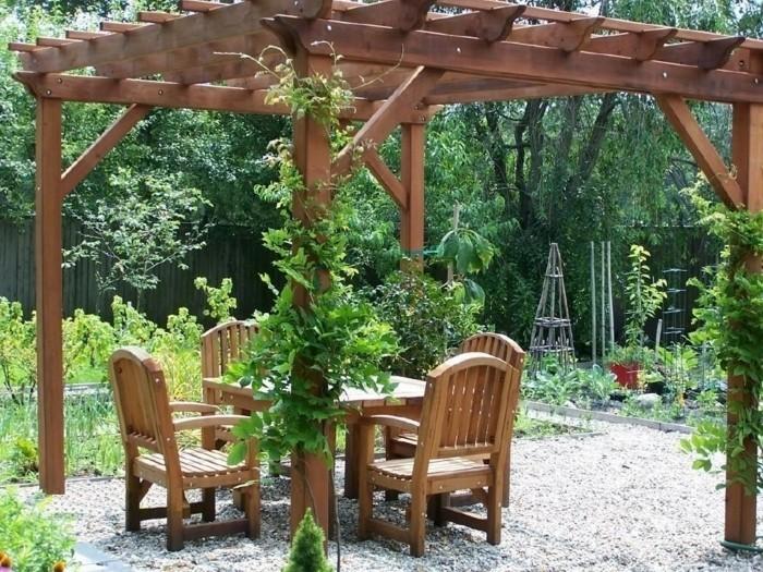 pergola-de-jardin-en-bois-table-et-chaises-en-bois-plantes-grimpantes