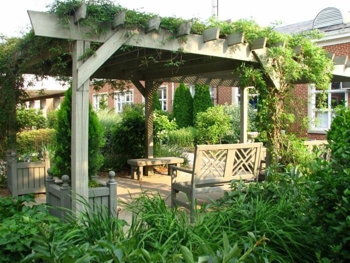 pergola-de-jardin-en-bois-toiture-végétalisée-pergola-entourée-de-verdure