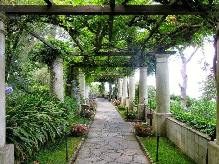 tonnelle-de-jarin-toiture-en-bois-envahi-par-la-verdure-et-supportée-par-des-colonnes-un-passage-côtoyé-par-des-fleurs