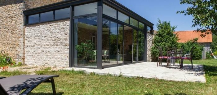 veranda-alu-chic-et-moderne-modele-de-veranda-grandeur-nature-en-noir-veranda-de-luxe-très-lumineuse