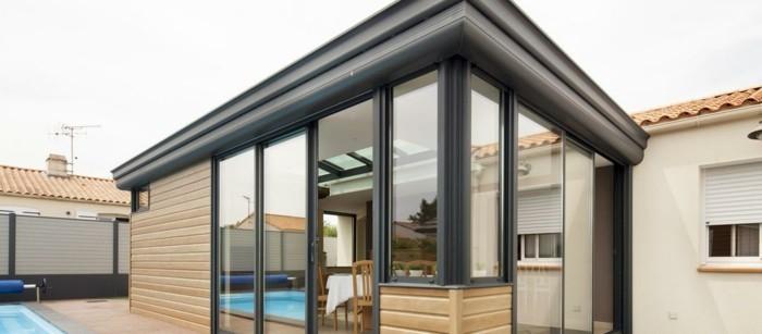 veranda-alu-grandeur-nature-modele-de-veranda-mixte-en-aluminium-et-verre-véranda-à-double-vitrage-aménagée-en-salle-à-manger-ou-salle-de-séjour