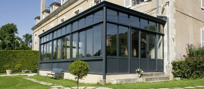 veranda-alu-grandeur-nature-veranda-gris-anthracite-attenante-à-une-maison-d-hôte-toiture-type-Danube-veranda-aménagée-en-salle-à-manger