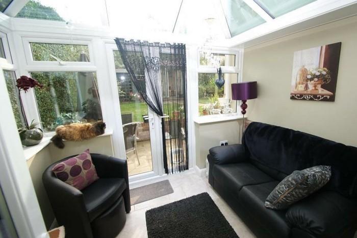 veranda-moderne-décor-en-noir-et-blanc-toiture-vitrée-ambiance-cozy