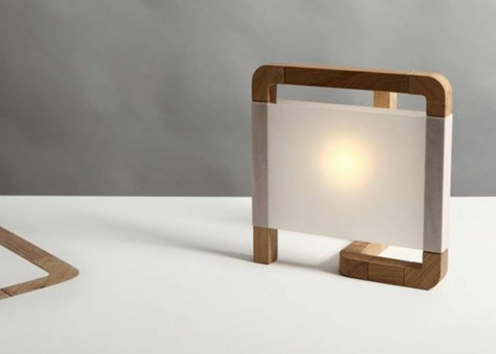 3-luminaire-design-en-bois-naturel-mur-en-beton-cire-gris-lampadaire-design