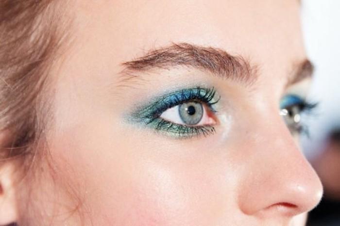Comment maquiller les yeux bleus le maquillage des stars - Maquillage des yeux simple et facile ...