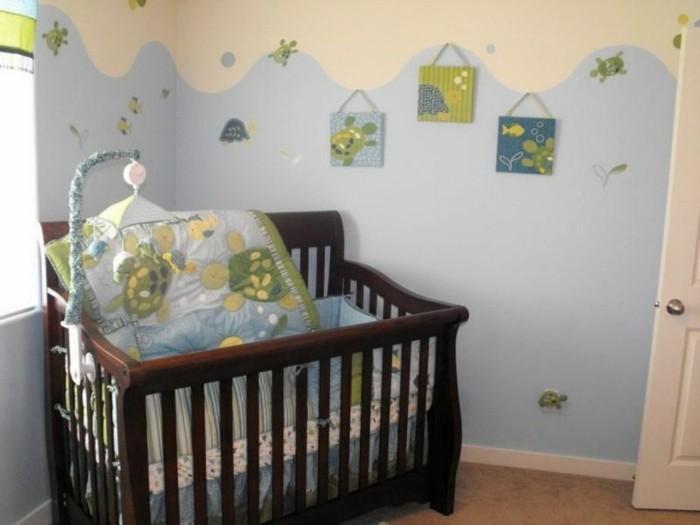 peinture-chambre-bebe-couleur-bleue-et-crème-deco-chambre-bebe-garcon-lit-bébé-en-bois