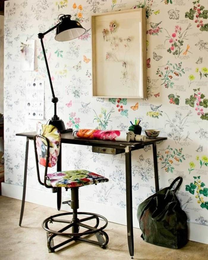 30-Papeir peint pour couloir. Ornements de fleurs.