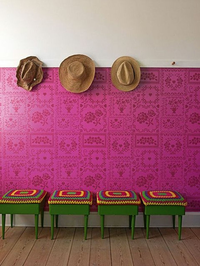 33-Papier peint pour couloir en rose. Trois chapeaux.