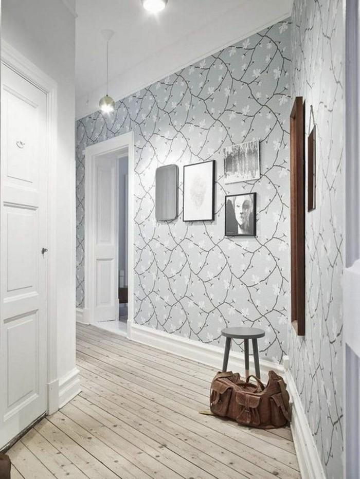 34-Papier peint pour couloir en gris. Un sac sur le plancher.
