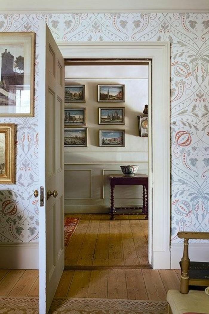 35-Papier peint couloir. Porte ouverte.