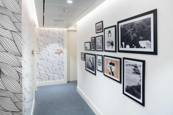39-Papier peint couloir en noir et en blanc. Quelques tableaux.