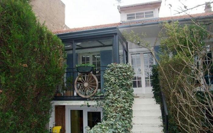 akena-veranda-aménagée-en-espace-détente-veranda-couleur-gris-anthracite-ambiance-chaleureuse