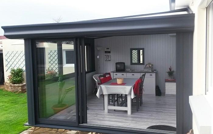 akena-veranda-couleur-gris-anthracite-véranda-aménagée-en-salle-à-manger