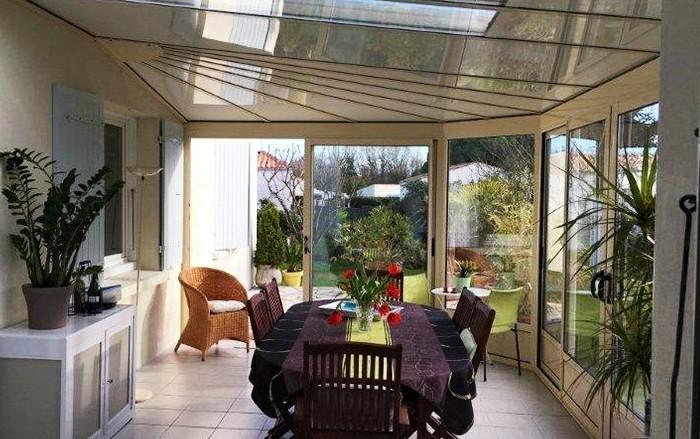 akena-veranda-en-aluminium-veranda-en-ivoire-claire-usage-salle-à-manger-style-traditionnel