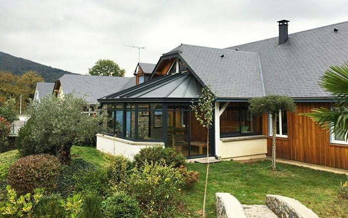 akena-veranda-en-aluminium-adosée-à-une-maison-en-bois-style-traditionnel