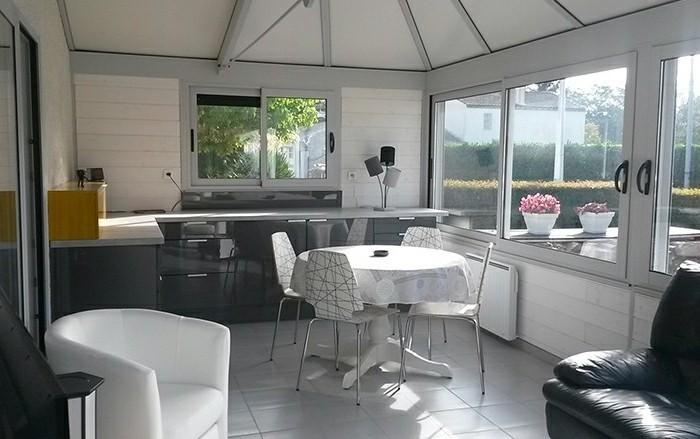 akena-veranda-intérieur-veranda-en-gris-givré-déco-en-noir-et-gris