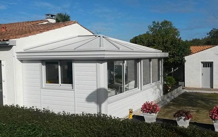 akena-veranda-jolie-extension-en-blanc-style-traditionnel-véranda-en-gris-givré-intérieur-en-noir-et-blanc
