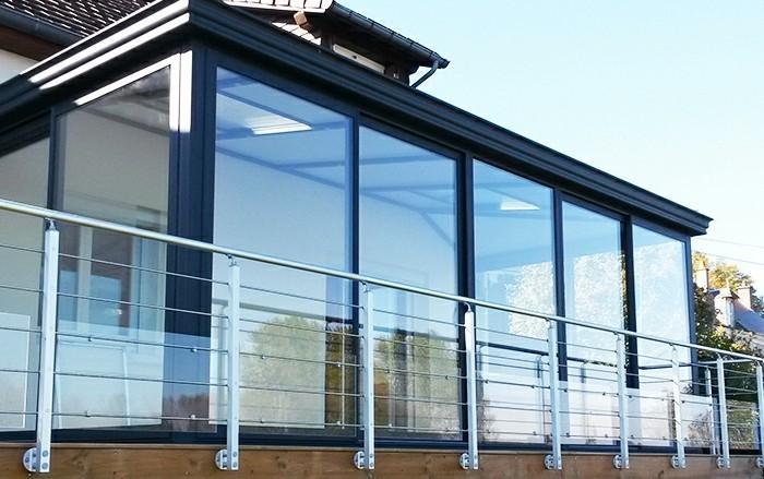 akena-veranda-modele-de-veranda-alu-aménagé-sur-la-terrasse-veranda-en-noir
