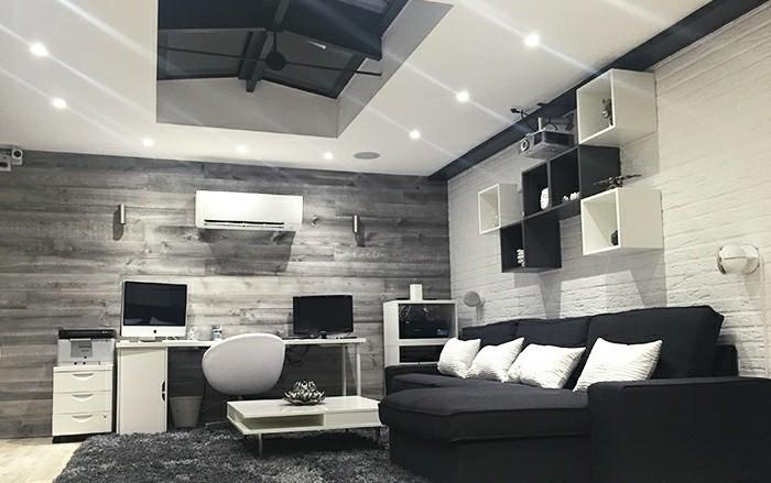 akena-veranda-modele-de-veranda-aménagé-en-espace-cinema-détente-couleur-anthracite-toiture-plate-déco-veranda-en-noir-et-blanc