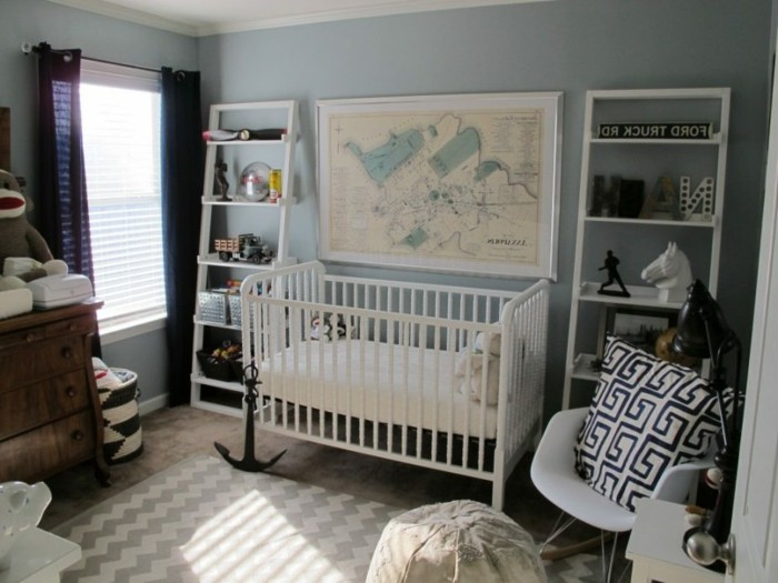 deco-chambre-bebe-garcon-en-bleu-pastel-lit-à-barreaux-blanc-décoration-très-riche-commode-vintage-en-bois-étagères-blanches