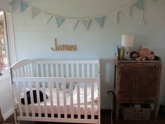 deco-chambre-bebe-garcon-peinture-bleu-clair-lit-à-barreaux-blanc-commode-en-bois-usé