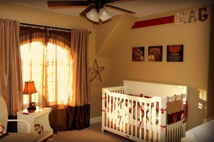 deco-chambre-bebe-garcon-peinture-chambre-bébé-en-jaune-lit-à-barreaux-blanc-table-à-langer-blanche-rideaux-légers