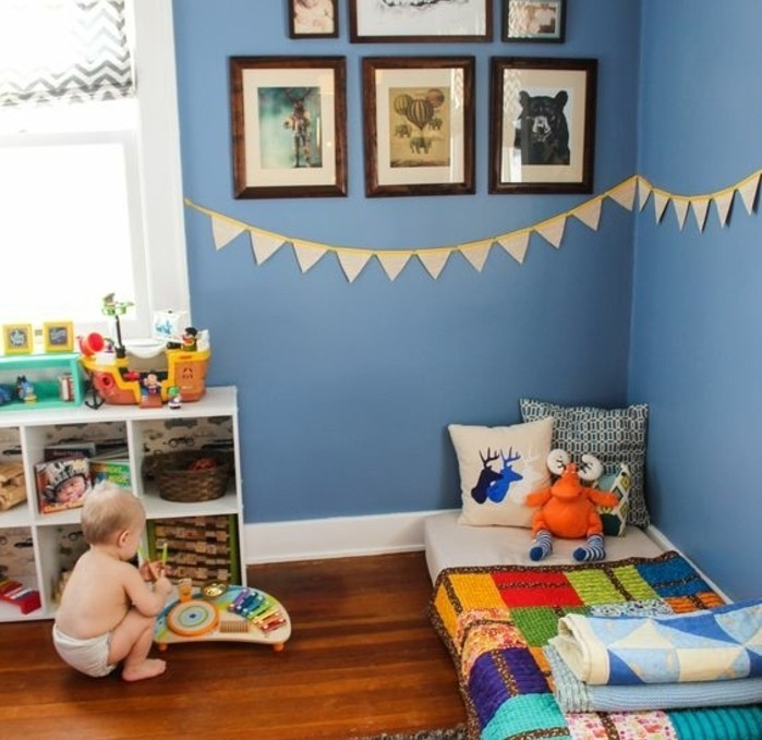 deco-chambre-bebe-garcon-peinture-chambre-bebe-bleue-aménagement-chambre-bebe-pédagogie-montesori-matelas-posé-à-même-le-sol-espace-de-rangement