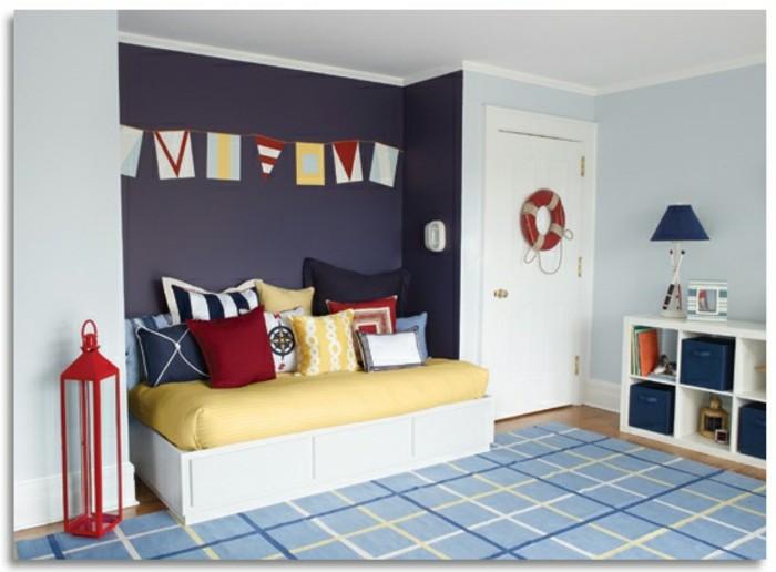 deco-chambre-garçon-peinture-chambre-enfant-en-bleu-clair-et-mauve-coussins-multicolores-tapis-bleu-à-motifs-géométriques-thème-de-la-mer