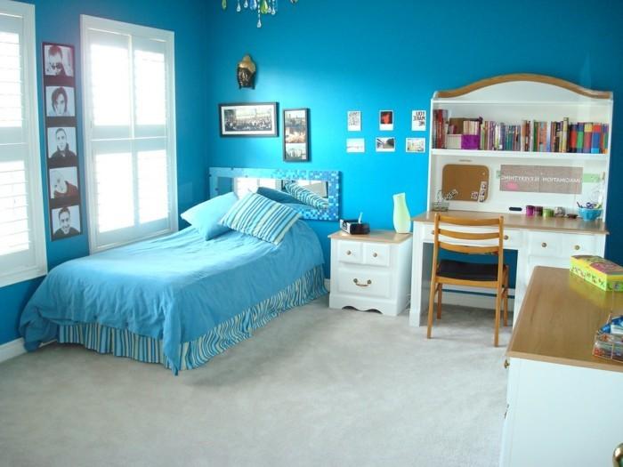 deco-chambre-garcon-bleu-couverture-de-lit-bleue-bureau-étagère-murale-déco-murale-composée-de-photos