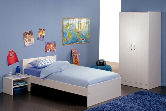 deco-chambre-garcon-bleue-tapis-bleu-foncé-déco-murale