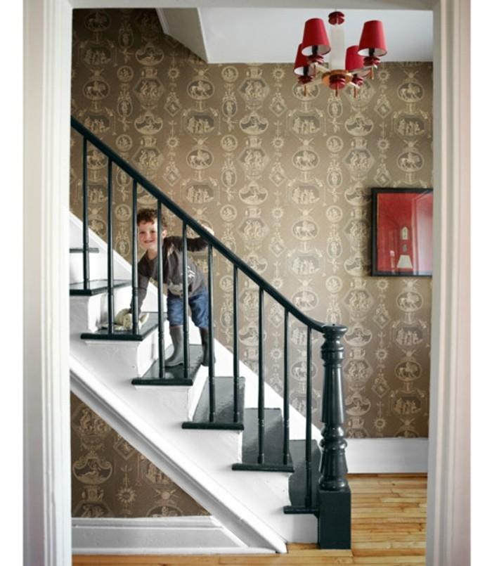 deco-escalier-en-noir-et-blanc-jolie-idée-papier-peint-pour-les-murs-rnover-escalier-bois