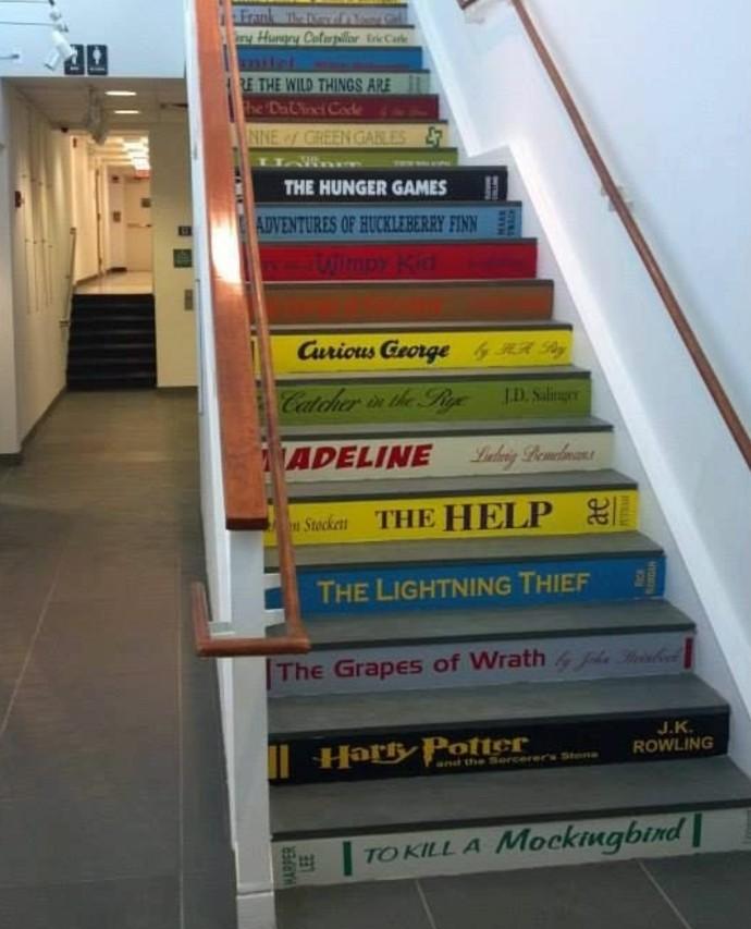 deco-escalier-marches-escalier-imitant-des-livres-idee-deco-géniale-et-très-sympa