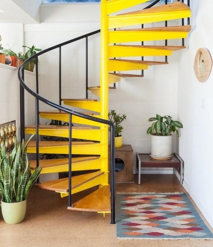 escalier-moderne-en-jaine-escalier-en-bois-et-métal-ambiance-gaie