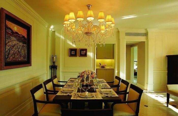 idée-très-élégante-peinture-salle-à-manger-jaune-aménagée-avec-beaucoup-de-goût-lustre-spectaculaire