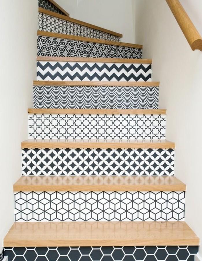 deco-escalier-contremarches-à-motifs-géométriques-en-noir-et-blanc