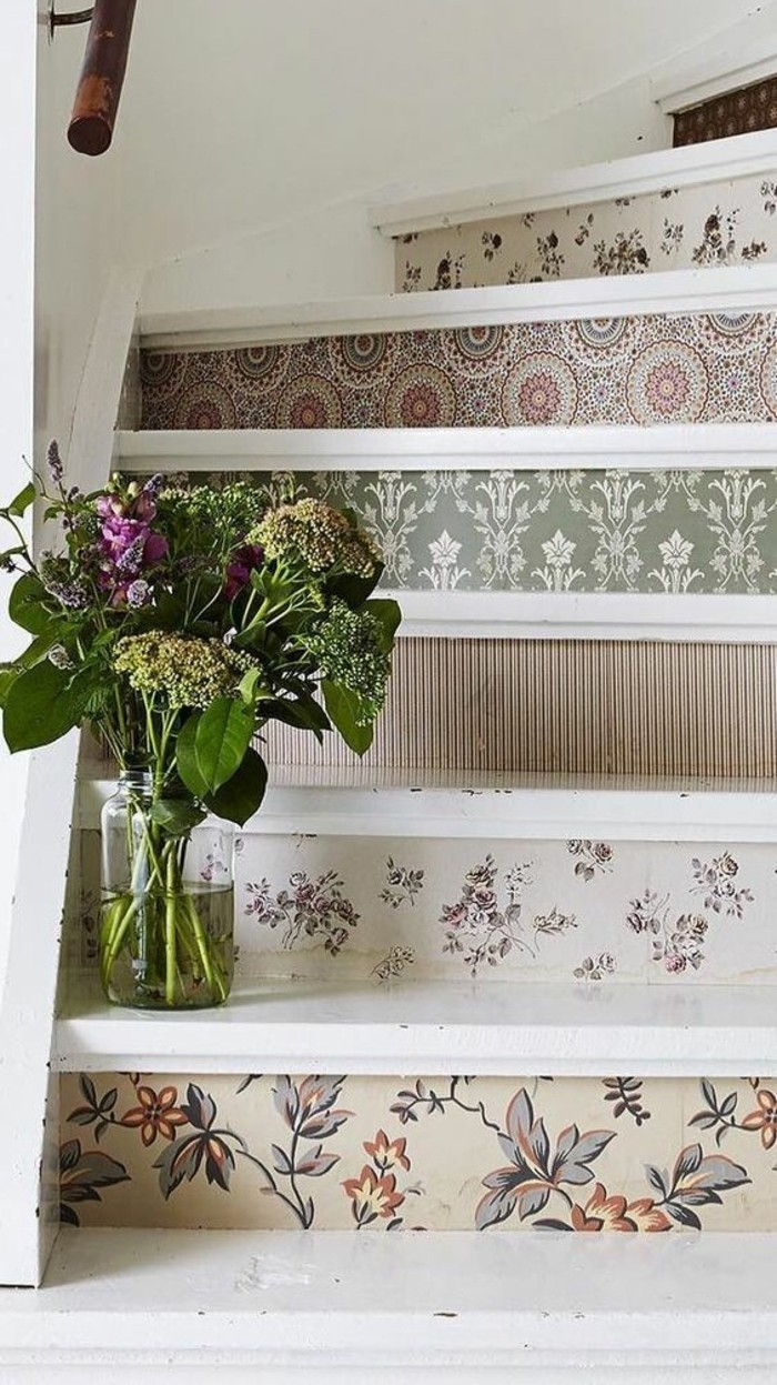 deco-escalier-en-bois-avec-des-contremarches-décorées -de-papier-peint-vase-de-fleurs-posé-sur-une-des-marches