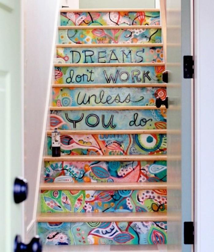 idee-deco-escalier-pour-créer-une-ambiance-gaie-contremarches-bigarrées-une-féerie-de-couleurs-escalier-droit-en-bois