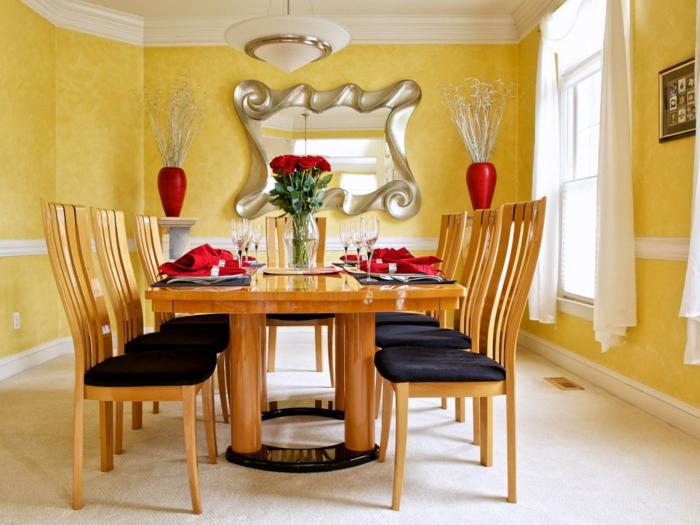 idee-formidable-deco-salle-a-manger-jaune-table-chaises-en-bois-siège-noir-éléments-déco-rouges