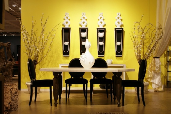 magnifique-idée-peinture-salle-à-manger-jaune-salle-à-manger-élégante-et-lumineuse-chaises-noires-table-blanche-jolie-déco-murale